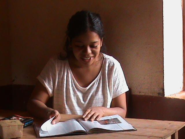 Meva avec un livre